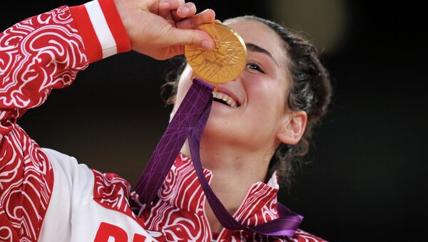 Российская спортсменка Наталья Воробьева, завоевавшая золотую медаль, на церемонии награждения