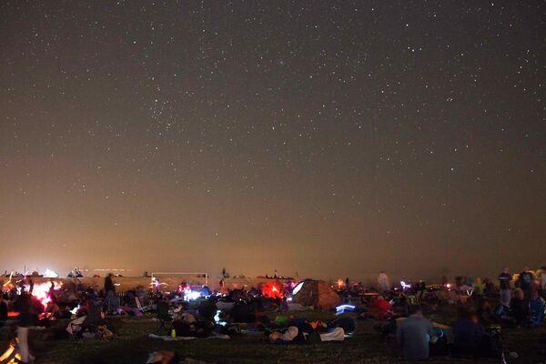 Люди наблюдают за метеорным потоком Персеиды