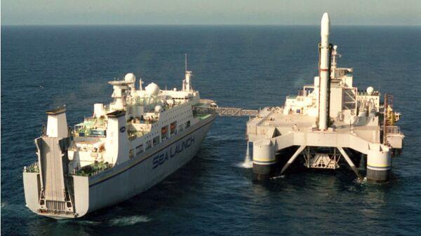 Cтартовая платформа Odissey и командное судно Sea Launch Commander на точке старта в Тихом океане