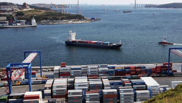 Работа Владивостокского морского торгового порта (ВМТП), архивное фото