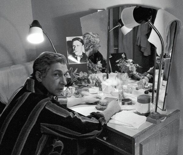 Игорь Кваша в гримерной после спектакля