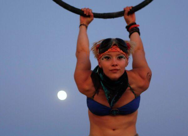 Воздушный акробат Инди-Лу на фестивале Burning Man в пустыне Блэк-Рок (Black Rock desert, пустыня Черной скалы) в штате Невада в США