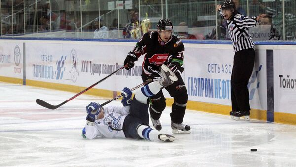 Омск хоккей спорт лед вратарь шайба