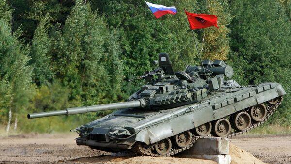 Танк Т-72 во время показательных выступлений на танковом шоу. Архивное фото