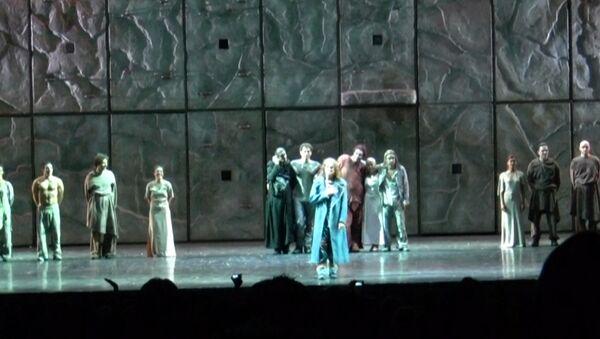 Зрители подпевали актерам мюзикла Нотр-Дам де Пари на юбилейном показе