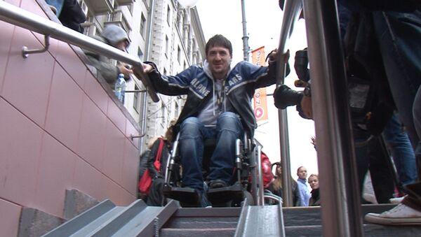 Актеры и журналисты проехали в инвалидных колясках по центру Москвы