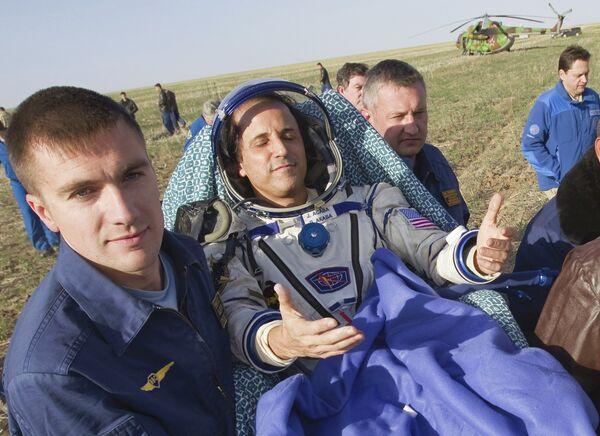 Астронавт Джозеф Акаба после приземления корабля Союз ТМА-04М в Казахстане