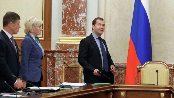 Премьер-министр РФ Дмитрий Медведев перед началом заседания кабинета министров РФ