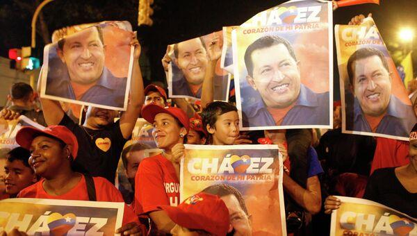 Сторонники Уго Чавеса празднуют победу своего кандидата на президентских выборах в Венесуэле