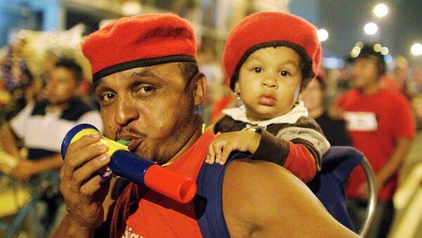 Избиратели приветствуют Уго Чавеса в Каракасе