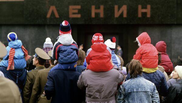 Москвичи у мавзолея В.И. Ленина. Архивное фото