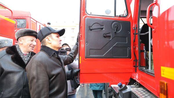 Глава Чувашии Михаил Игнатьев во время смотра и вручения аварийно-спасательной техники
