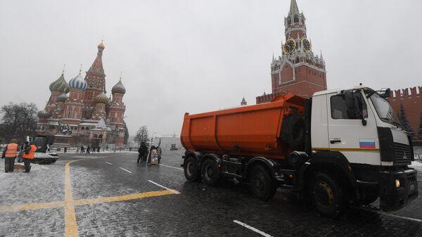 Снегоуборочная техника коммунальных служб во время уборки снега на Красной площади в Москве