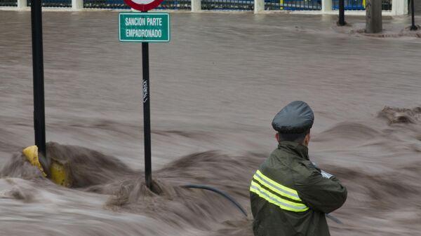 Сотрудник чилийской полиции во время наводнения