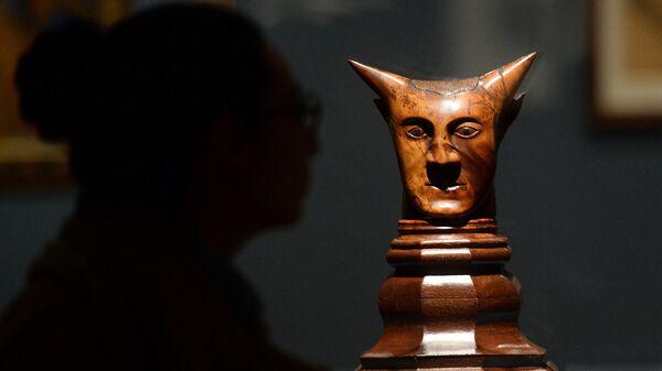 Скульптура Поля Гогена Head with Horns на выставке в Музее современного искусства в Нью-Йорке