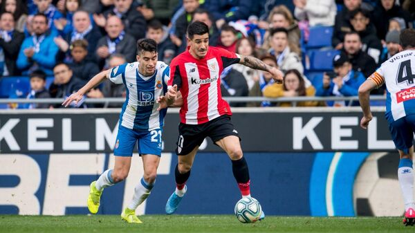 Полузащитник Атлетик Бильбао Йерай Альварес с мячом в матче Примеры против Эспаньола