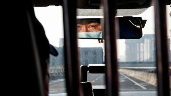 Китайский таксист в защитной маске
