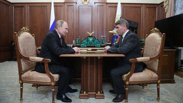 Президент РФ Владимир Путин и временно исполняющий обязанности главы Чувашской Республики Олег Николаев во время встречи