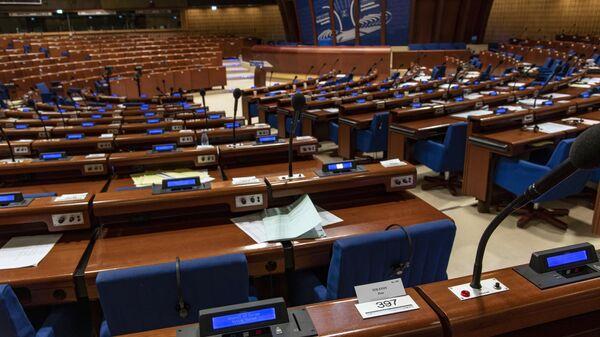 Место руководителя российской делегации, заместителя председателя Государственной Думы РФ Петра Толстого в зале Парламентской ассамблеи Совета Европы