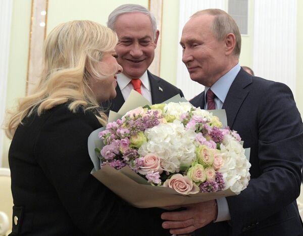 Президент РФ Владимир Путин и премьер-министр Израиля Биньямин Нетаньяху с супругой Сарой во время встречи