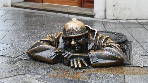 Памятник Чумилу или Мужчина за работой в Братиславе