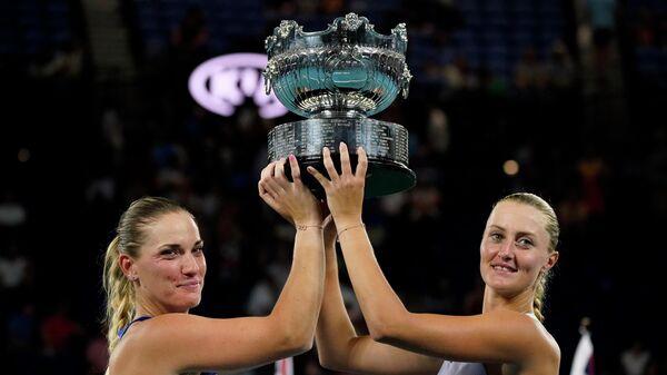 Теннисистки Тимя Бабош и Кристина Младенович с трофеем Открытого чемпионата Австралии по теннису
