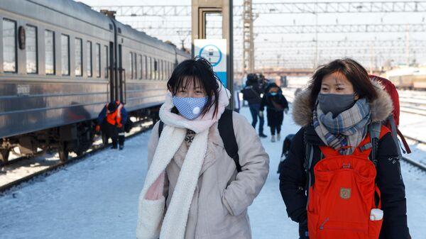 Пассажиры поезда Пекин - Москва на железнодорожном вокзале Иркутск-Пассажирский