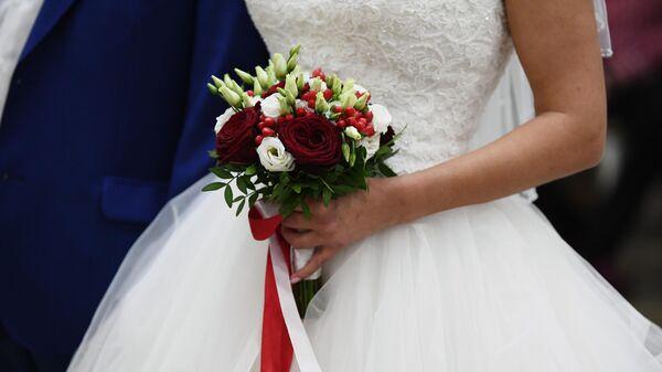 Букет в руках невесты на свадьбе в Шипиловский ЗАГСе