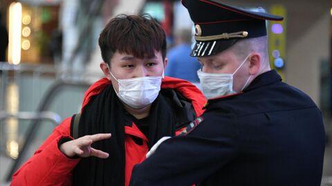 Пассажир общается с полицейским в терминале F аэропорта Шереметьево