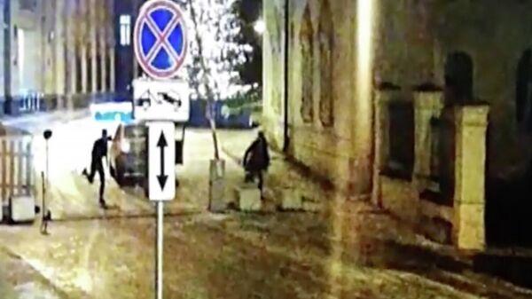 В Москве несовершеннолетний угнал каршеринговую машину и врезался на ней в здание МВД на Петровке, 38