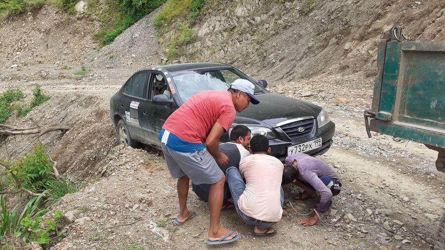 Непал. Спасательная операция, непальцы вытягивают мою машину трактором с края обрыва