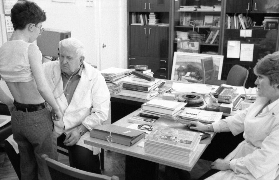 Институт сердечно-сосудистой хирургии имени А.Н.Бакулева АМН СССР в Москве. Академик Владимир Бураковский во время осмотра пациента.