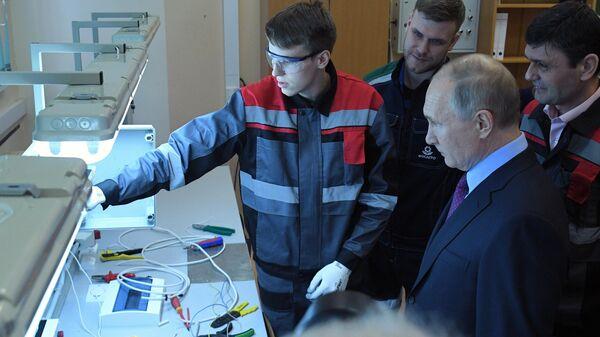 Президент РФ Владимир Путин во время посещения Череповецкого химико-технологического колледжа