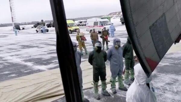 Самолет Ил-76МД российских ВКС с российскими гражданами, эвакуированными из КНР в связи с распространением коронавируса, садится в тюменском аэропорту Рощино