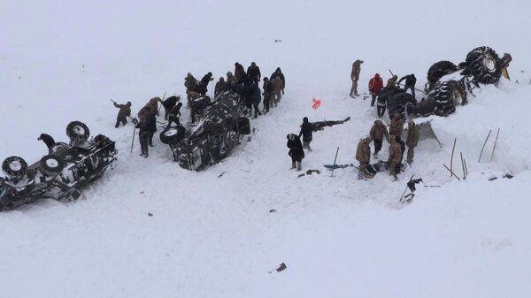 Поисково-спасательная операция на месте схода лавины в провинции Ван на востоке Турции