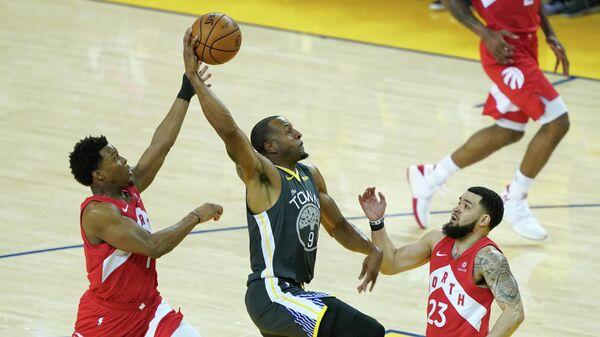 Форвард Голден Стет Уорриорз Андре Игудала в матче НБА