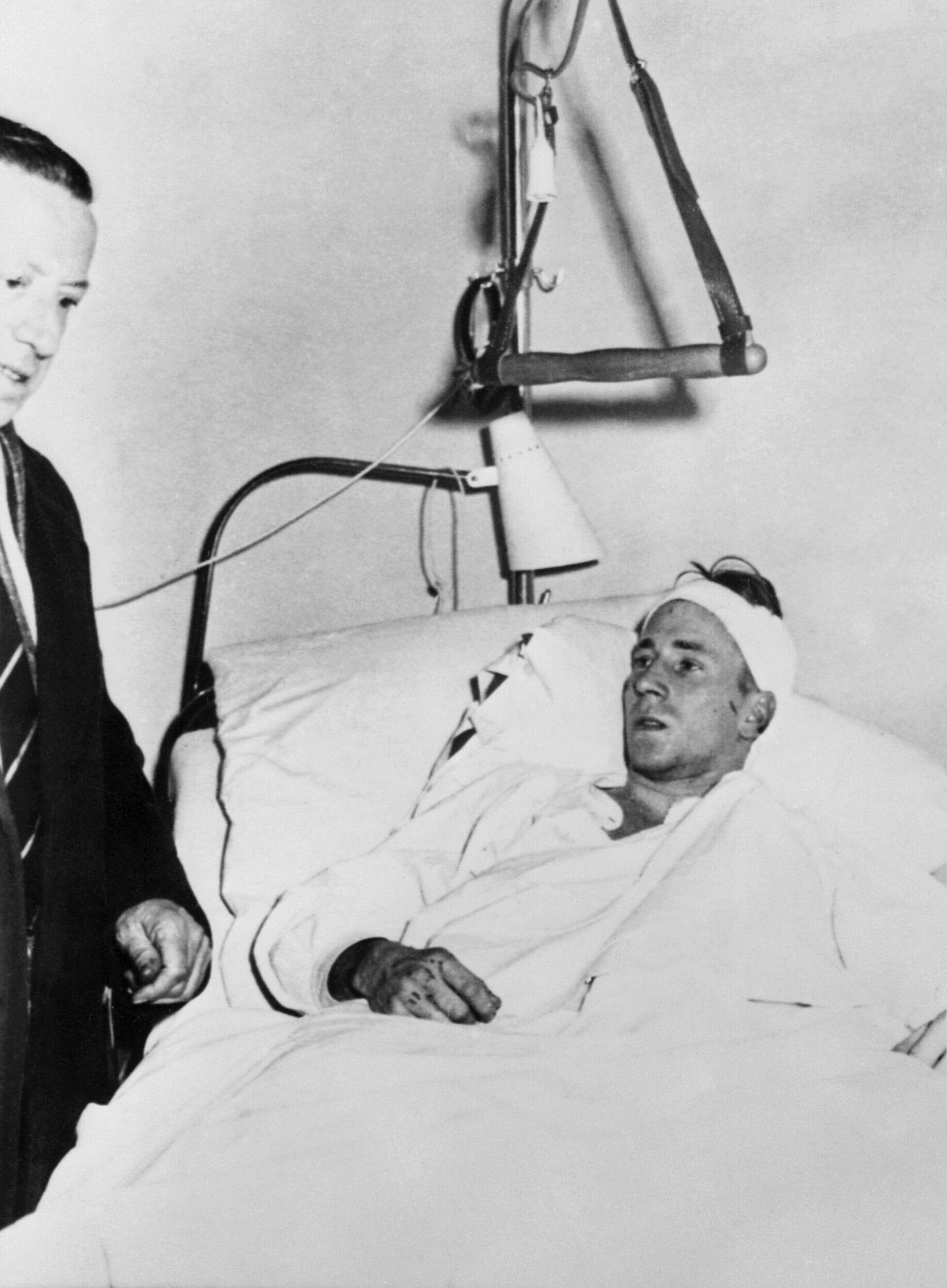 Бобби Чарльтон в палате после мюнхенской авиакатастрофы с футбольным клубом Манчестер Юнайтед - РИА Новости, 1920, 06.02.2020