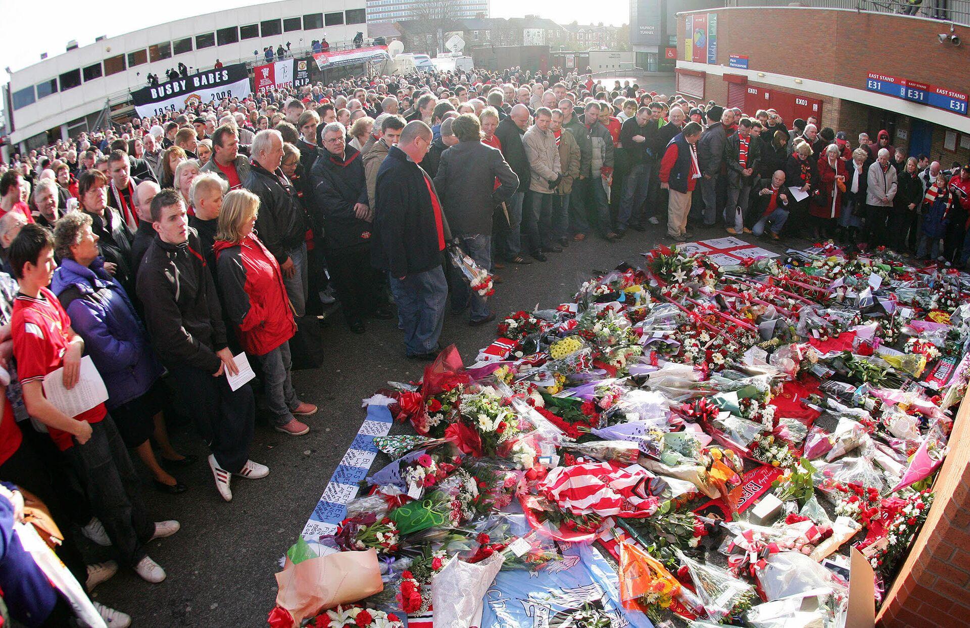 Возложение цветов к мемориалу, открытому в честь 50-летия со дня авиакатастрофы с футбольным клубом Манчестер Юнайтед - РИА Новости, 1920, 06.02.2020