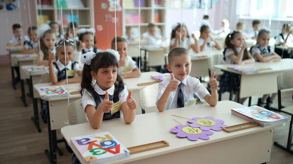 Первоклассники на праздновании Дня знаний в классе нового филиала средней общеобразовательной школы