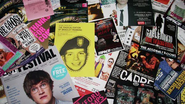 Афиши театральных представлений на фестивале искусств Fringe в Эдинбурге