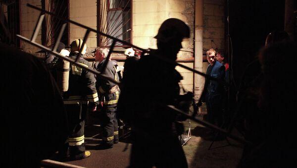 Пожарные расчеты у дома на Коломенской улице в Санкт-Петербурге