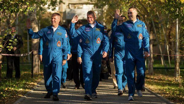 Космонавты Кевин Форд, Олег Новицкий и Евгений Тарелкин
