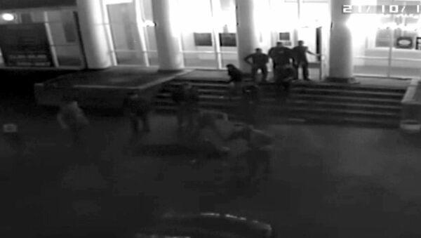 Съемка камер наблюдения у ночного клуба на Урале, где произошло убийство