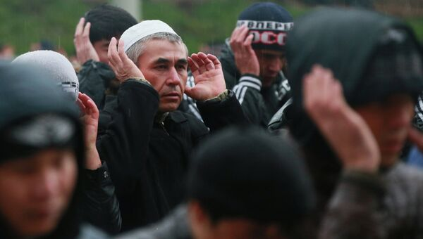 Мусульмане в день праздника жертвоприношения Курбан-Байрам