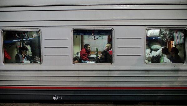 Пассажиры в плацкартном вагоне поезда. Архивное фото