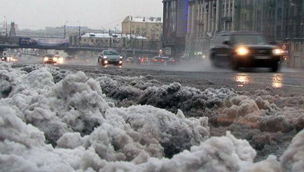 Лужи и каша из снега на дорогах. Последствия снегопада в Москве