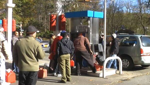 Водители стоят в огромных очередях за бензином из-за урагана Сэнди