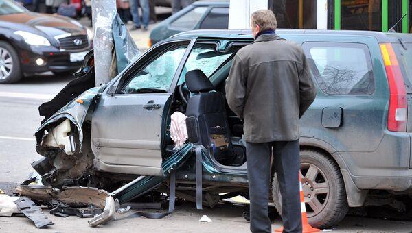 Автомобиль врезался в остановку на Онежской улице в Москве
