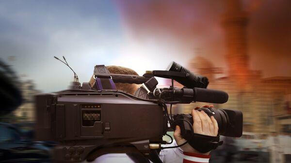 Журналист во время работы в горячих точках. Архивное фото