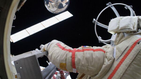 Космонавт Геннадий Падалка запускает микроспутник Сфера во время выхода в открытый космос
